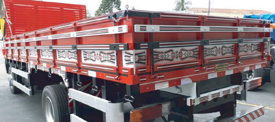 Caminhão com carroceria grade baixa