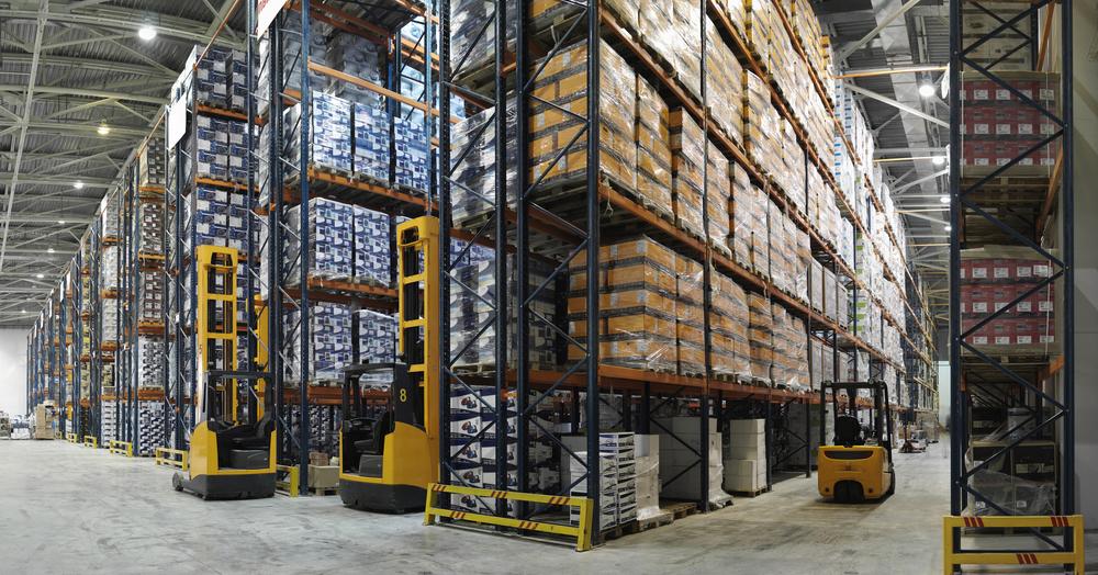 área interna de um centro de distribuição com milhares de mercadorias