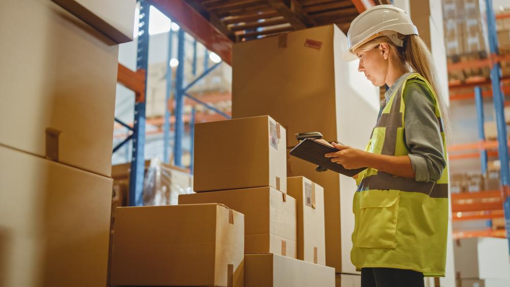 profissional conferindo mercadorias no setor de separação