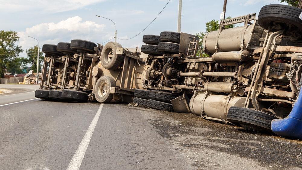 caminhão capotado na rodovia