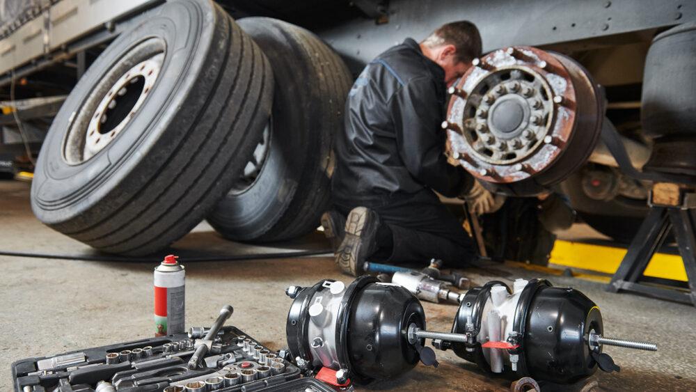 profissional fazendo manutenção do veículo como medida de gerenciamento de risco