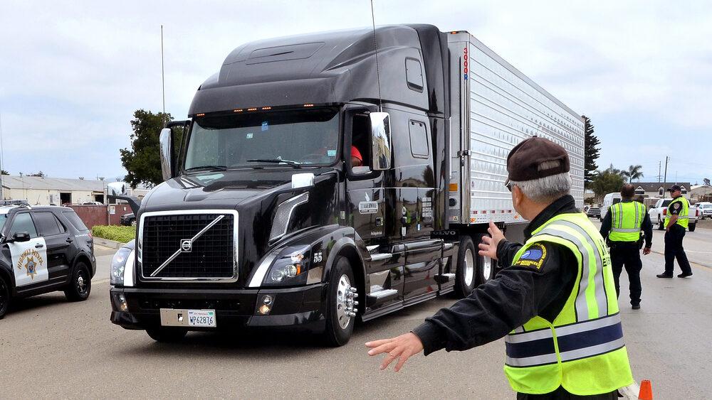caminhão de carga passando por fiscalização