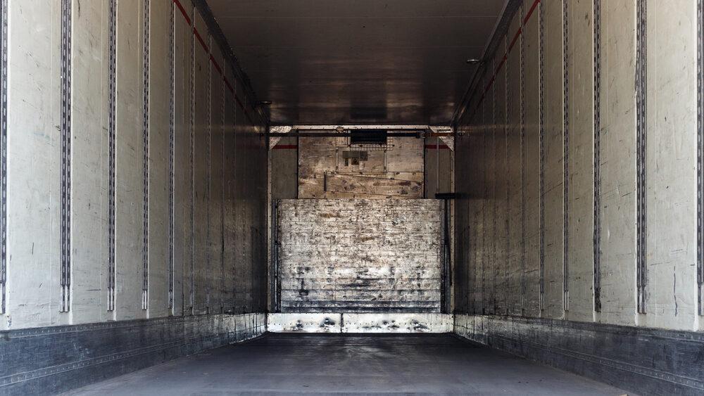 baú de caminhão vazio após roubo de carga